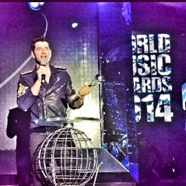 Ο Σάκης Ρουβάς αγκαλιά με το βραβείο του στα World Music Awards