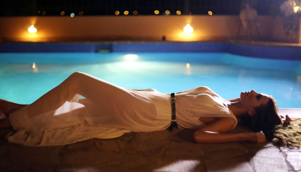 """Κατερίνα Λίολιου - Σέξι πόζες στην πισίνα για τα γυρίσματα του """"Everything About U"""""""