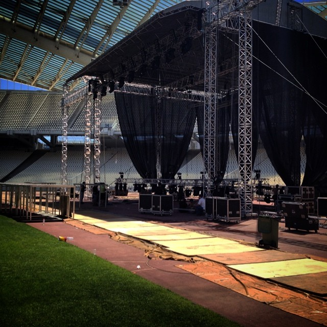 Η σκηνή της μεγάλης συναυλίας, λίγο πριν ολοκληρωθεί