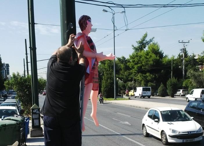 Τζίμης Πανούσης με κούκλες αυνανισμού