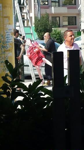 Ο Τζίμης Πανούσης κρέμασε κούκλες... αυνανισμού στην Κηφισίας!