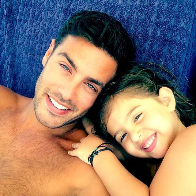 7.Ο Κώστας Μαρτάκης αγκαλιά με τη μικρή του φίλη - 15.800 likes