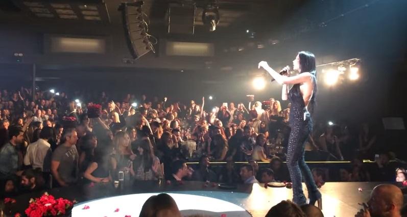Βίντεο: Η Πάολα υποδέχεται τον Σάκη Ρουβά στο Teatro με τον δικό της μοναδικό τρόπο!