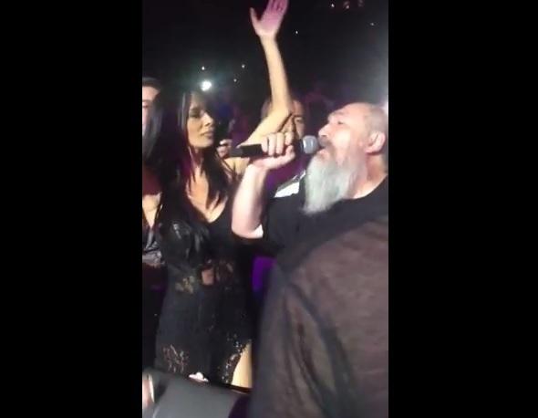Ο Τζίμης Πανούσης μαζί στη σκηνή με την Πάολα (βίντεο)