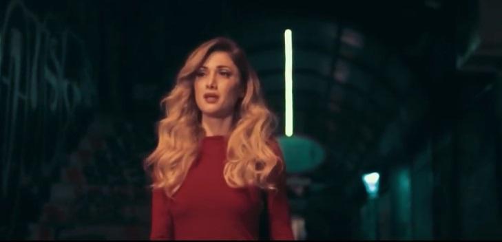 """""""Πλάτη"""" - Δείτε το νέο βίντεο κλιπ της Στέλλας Καλλή"""