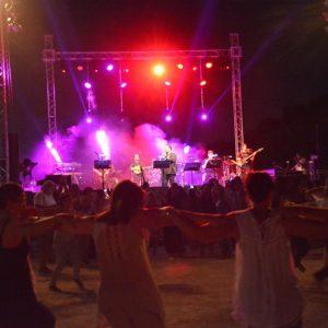 Ο Κώστας Μακεδόνας και οι καλεσμένοι του χάρισαν στο κοινό μια μοναδική βραδιά στο Θέατρο Πέτρας (φωτογραφίες)