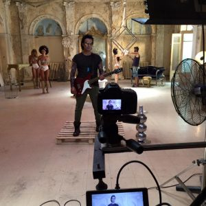 Διονύσης Σχοινάς: Δείτε backstage φωτογραφίες από τα γυρίσματα του νέου του βίντεο κλιπ