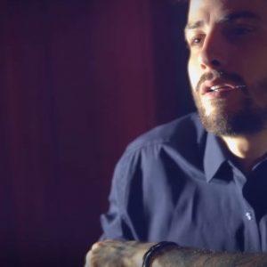 Ο Αναστάσιος Ράμμος τραγουδά και το κατοικίδιο του