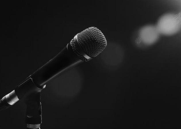 Έλληνας τραγουδιστής άφησε το μικρόφωνο για να γίνει ταξιτζής
