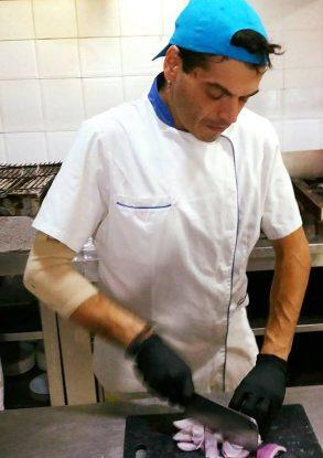Από τραγουδιστής, μάγειρας σε εστιατόριο